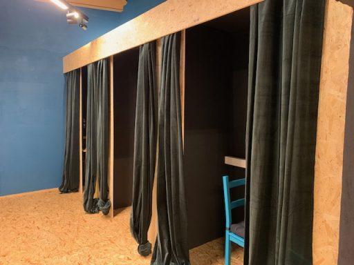 Des cabines pour s'isoler et communiquer par téléphone ou vidéo-conférence.