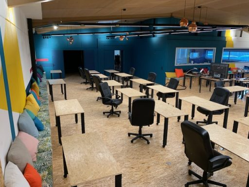 306 m2 d'espace collaboratif coloré pour améliorer le bien-être et les conditions de travail.